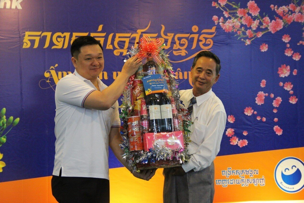 Chairman of Sacombank Cambodia presented gifts to the Khmer - Vietnam Association.