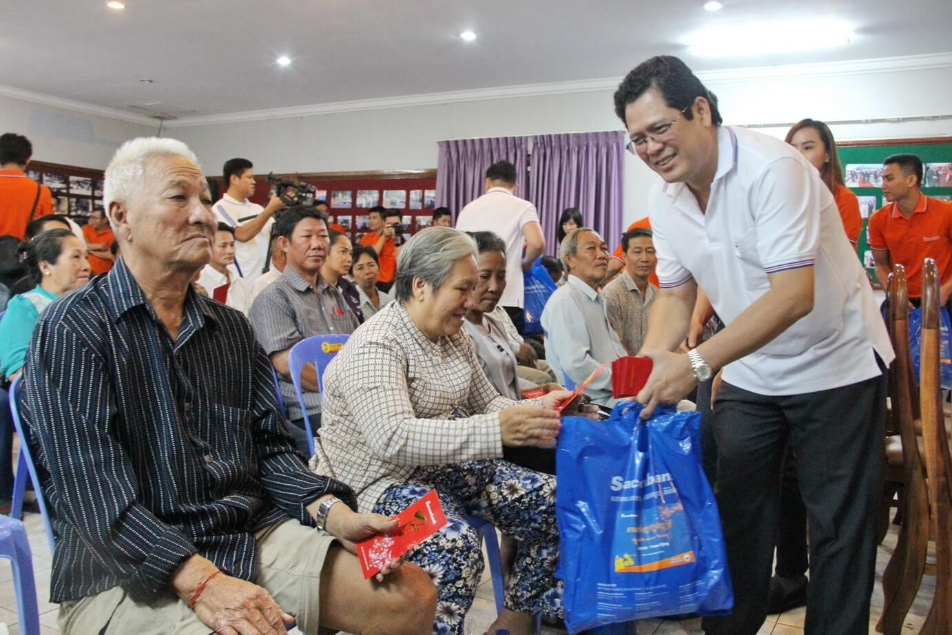 Deputy CEO of Sacombank presented gifts to people of Vietnamese