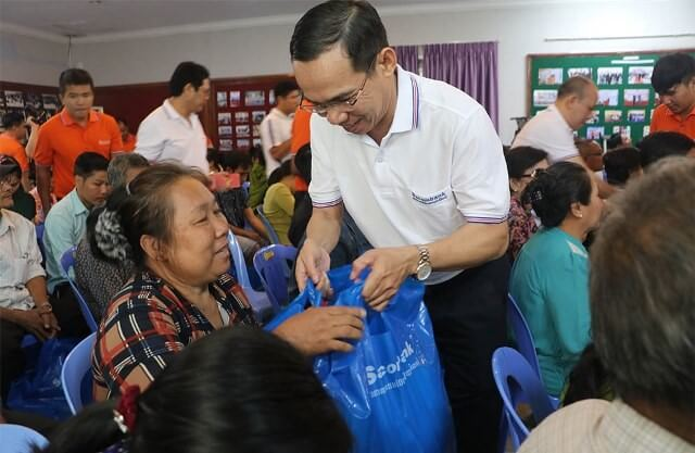 Vice Chairman cum General Director of Sacombank Cambodia presented gifts to people of Vietnamese