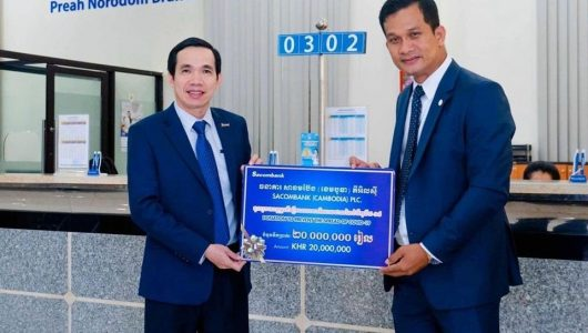 Mr. Nguyen Nhi Thanh – General Director of (Cambodia) Plc. handed over KHR 20,000,000 to the representative of The Association of Bank in Cambodia.