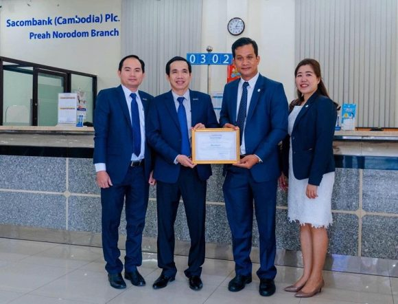 The representative of The Association of Bank in Cambodia handed over the Certificate of Appreciation to Sacombank (Cambodia) Plc.